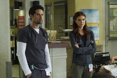 Benjamin Hollingsworth y Emily Tyra en la segunda temporada de Code Black