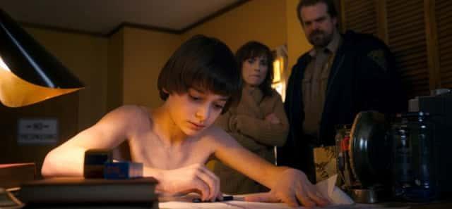 Noah Schnapp, Winona Ryder y David Harbour en la segunda temporada de Stranger Things
